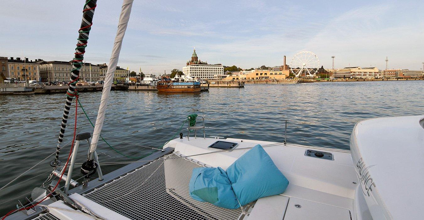 Lagoon-Charter-Helsinki-by-night-edustusristeily